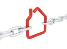 Rood die huissymbool met metaalkettingen wordt geblokkeerd Stock Fotografie
