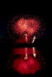 Rood die Vuurwerk Water wordt overdacht Royalty-vrije Stock Afbeelding