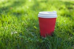 Rood document glas met wit deksel voor koffie stock afbeelding