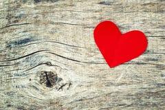 Rood document hart op grunge houten achtergrond royalty-vrije stock fotografie