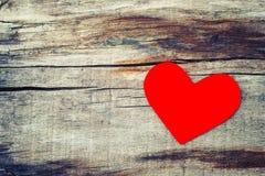 Rood document hart op grunge houten achtergrond royalty-vrije stock foto
