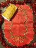 rood doek en brood in document vorm stock foto's