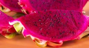 Rood draakfruit op de plaat Royalty-vrije Stock Foto's