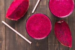 Rood draakfruit smoothie op houten achtergrond Royalty-vrije Stock Fotografie