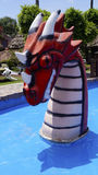 Rood draakhoofd van één beeldhouwwerk in een waterpark stock foto's