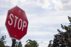 Rood eindeteken op de straat, kant van de wegverkeer voor het ophouden Royalty-vrije Stock Afbeeldingen