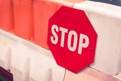 Rood eindeteken op een raad van de blokweg royalty-vrije stock fotografie