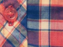 Rood en blauw geruit overhemd, achtergrond in uitstekende kleuren Royalty-vrije Stock Afbeelding