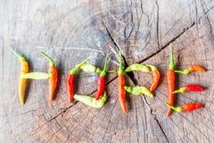 Rood en greenchilipeper in de vorm van hoop wordt samengesteld die Stock Fotografie