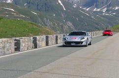 Rood en grijs Ferrari neemt aan de CAVALCADE 2018 gebeurtenis deel langs de wegen van Italië, Frankrijk en Zwitserland rond MONTE stock foto's