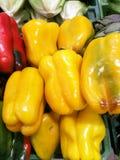 Rood en Groene paprika's bij landbouwersmarkt Stock Afbeeldingen