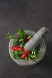 Rood en groene paprika's in een steen dishware op een lijst Royalty-vrije Stock Afbeelding