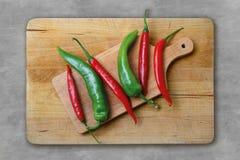 Rood en groene paprika's op een houten raad royalty-vrije stock foto's