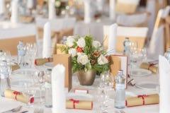 Rood en ivoor bloemendieregeling op ontvangst, huwelijkslijst met kaars en het plaatsen wordt voorbereid, de winterconcept Royalty-vrije Stock Afbeelding