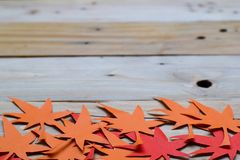 Rood en Oranje Autumn Leaves Paper Origami Background op de houten lijst Stock Foto's