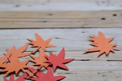 Rood en Oranje Autumn Leaves Paper Origami Background op de houten lijst royalty-vrije stock fotografie