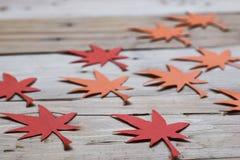 Rood en Oranje Autumn Leaves Paper Origami Background op de houten lijst Royalty-vrije Stock Foto's