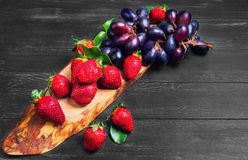 Rood en purpere vruchten Royalty-vrije Stock Afbeeldingen