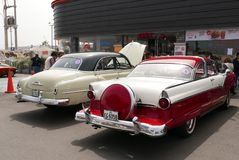 Rood en wit Ford Fairlane Crown Victoria Coupe, Lima Stock Foto