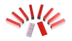 Rood en zilveren nietje gezet als geïsoleerde halve cirkel Stock Fotografie