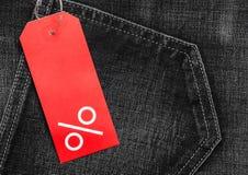 Rood etiket met percententeken op denim Royalty-vrije Stock Afbeelding