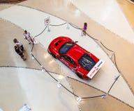 Rood Ferrari F430 GT in het winkelen Royalty-vrije Stock Foto's
