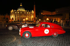Rood Fiat 508, 1938, en bruin Alfa Romeo 6C 2500, 1940, drijft door Piazza San Pietro 1000 Miglia Royalty-vrije Stock Foto