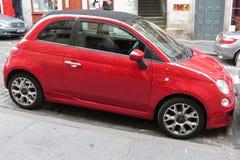 Rood FIAT 500, nieuwe versie in Edinburgh Stock Afbeeldingen