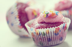 Rood fluweel cupcake stock fotografie