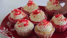 Rood Fluweel Cupcake De gebe?indigde cakes zijn op de plaat Close-up stock video