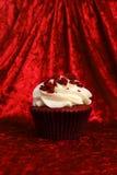 Rood Fluweel Cupcake op de Rode Achtergrond van het Fluweel Stock Afbeeldingen