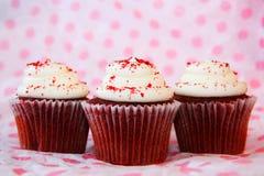 Rood fluweel drie cupcakes Stock Afbeelding