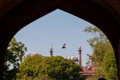 Rood Fort Delhi, India dat door a binnen gebogen ingangspoort wordt ontworpen royalty-vrije stock foto