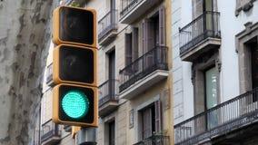 Rood, geel en groen modern verkeerslicht op cityscape achtergrond stock video