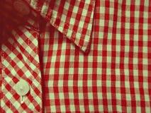 Rood geruit overhemd, achtergrond in uitstekende kleuren Royalty-vrije Stock Afbeeldingen