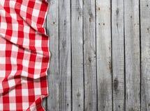 Rood geruit tafelkleed op houten lijst royalty-vrije stock fotografie