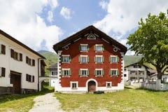 Rood geschilderd oud huis in Nufenen Zwitserland royalty-vrije stock foto's
