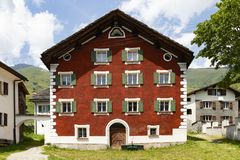 Rood geschilderd oud huis in Nufenen Zwitserland stock afbeelding
