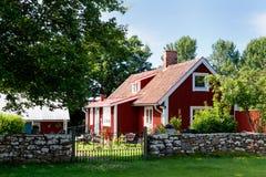 Rood geschilderd plattelandshuisje op het eiland Oeland, Royalty-vrije Stock Fotografie