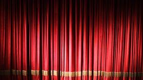 Rood gesloten gordijn met lichte vlekken in een theater of een opera stock footage