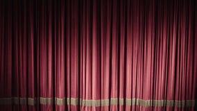 Rood gesloten gordijn met lichte vlekken in een theater of een opera stock videobeelden