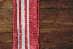 Rood gestreept servet op hout Stock Foto