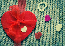 Rood gevoeld hart en kleurrijke decoratieve harten Stock Afbeeldingen