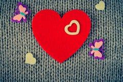 Rood gevoeld hart en kleurrijke decoratieve harten Royalty-vrije Stock Afbeeldingen