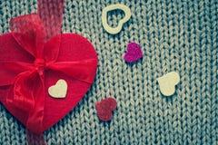 Rood gevoeld hart en kleurrijke decoratieve harten Royalty-vrije Stock Foto's