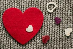 Rood gevoeld hart en kleurrijke decoratieve harten Royalty-vrije Stock Afbeelding