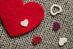Rood gevoeld hart en kleurrijke decoratieve harten Stock Foto