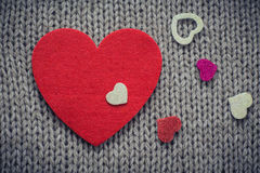 Rood gevoeld hart en kleurrijke decoratieve harten met wollen tex Stock Foto