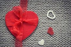 Rood gevoeld hart en kleurrijke decoratieve harten met wollen tex Royalty-vrije Stock Foto
