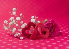 Rood gevoelde harten met anjer en witte bloemen op hartgeklets Royalty-vrije Stock Foto